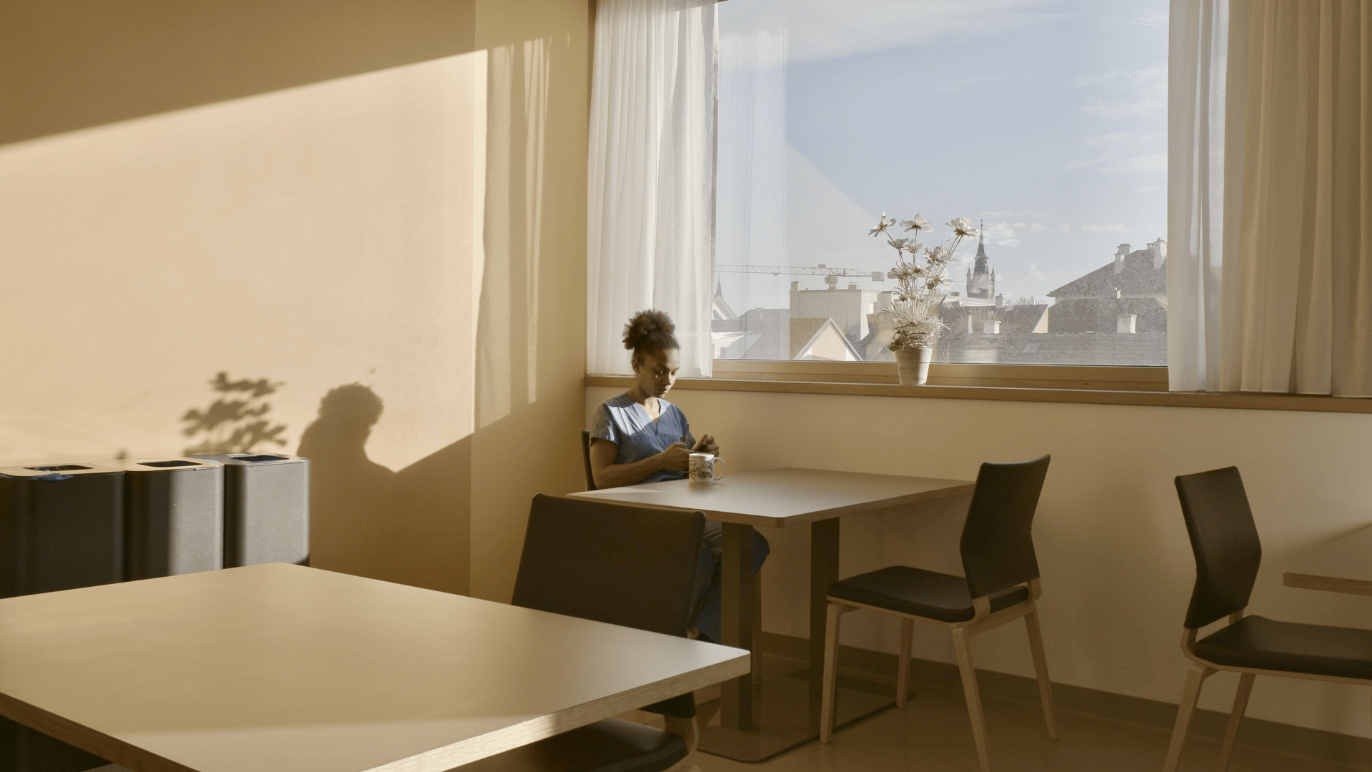 In einem ruhigen Augenblick kann Josephine Turba, Studentin im ersten Jahr, kurz durchatmen und die Erlebnisse ihres Praktikums reflektieren.