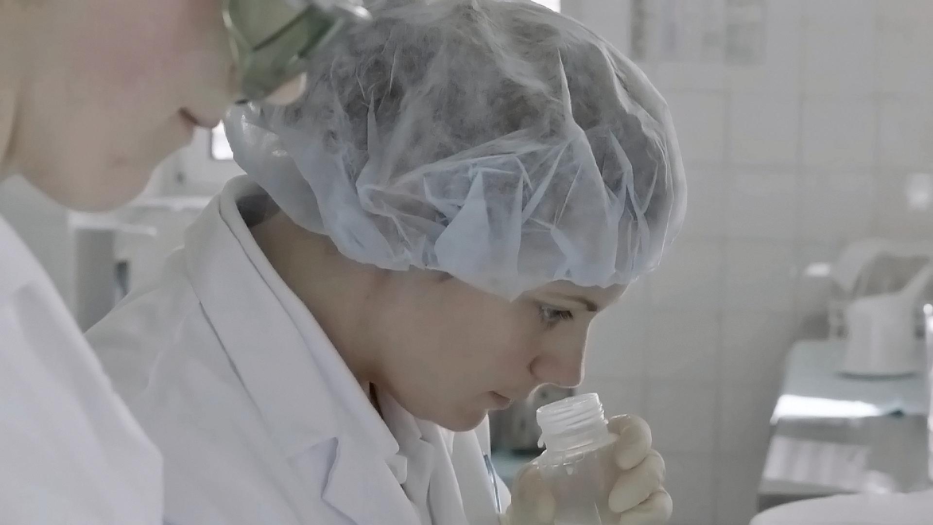 Die Diätologin Katharina Youssef prüft den Geruch gespendeter Muttermilch.